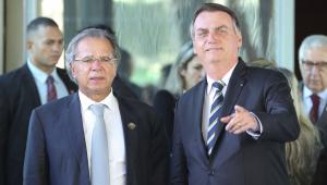 Ministro da Economia e presidente da República acenam para foto