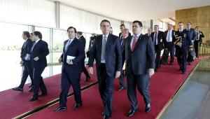 Ao lado de Maia e Alcolumbre, Bolsonaro defende teto de gastos