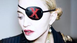 Em ritual pós show, Madonna bebe a própria urina; assista