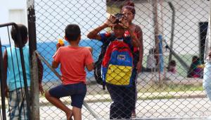 crianças olhando por grade