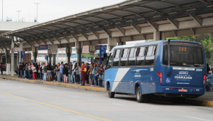 Prefeitura de SP determina que ônibus circulem apenas com passageiros sentados