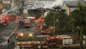 Incêndio destrói um depósito de móveis das Casas André Luiz no Itaim Paulista, Zona Leste de São Paulo (SP), na madrugada desta terça-feira (18). Uma casa, vizinha ao imóvel, também foi atingida pelo incêndio e ficou destruída. O fogo teve início por volta das 2h no galpão localizado na Avenida Marechal Tito, altura do 6.000. O galpão armazenava móveis doados que eram recuperados para serem distribuídos para pessoas carentes.