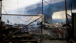 Incêndio atinge Ponte do Jaguaré na Zona Oeste de São Paulo, e deixa pelo menos 30 famílias desabrigadas, na manhã desta sexta-feira (21). Pelo menos 35 homens do Corpo de Bombeiros e 12 viaturas foram ao local para combater o fogo. No local haviam muitos pallets de madeira usados para contruir casinhas de bonecas e cachorros. Ainda não se sabe o que causou o incêndio.