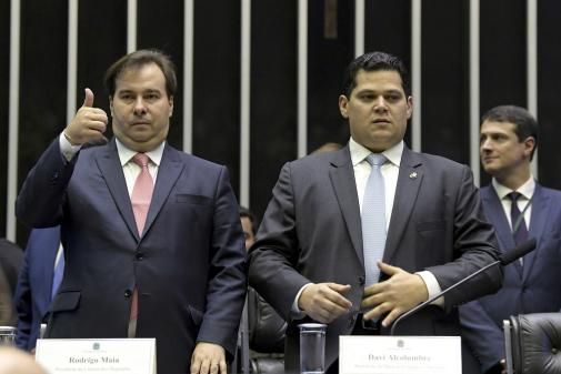 Senador critica manobra de Maia e Alcolumbre por reeleição: 'Querem rasgar a Constituição'