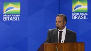 Ministro Rogério Marinho discursa em um púlpito