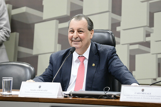 Senador preside sessão no Senado