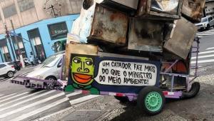 Carrinho de catador de lixo grafitado por Mundano
