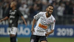 Everaldo ganha moral e é favorito para formar dupla com Jô no Corinthians