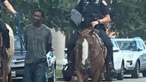 policiais-são-criticados-por-levar-homem-a-pe-e-amarrado-para-delegacia-no-Texas.jpg