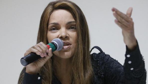 Flordelis é apontada como mandante de assassinato de marido; polícia faz buscas