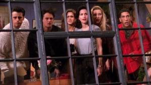 Personagens de Friends olhando por uma janela com grades e caras de assustados