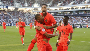 Mbappé e Neymar comemoram gol pelo PSG