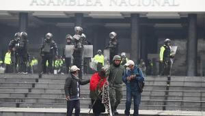 manifestantes-invadem-a-assembleia-no-equado