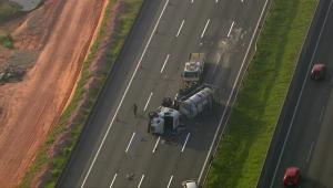 Caminhão tomba no Rodoanel