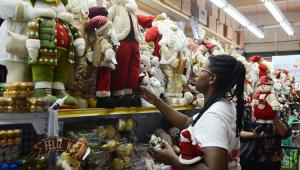 Decorações natalinas começam a aparecer em shoppings e centros comerciais de SP