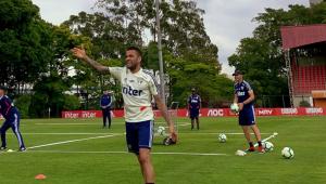 Daniel Alves volta a treinar no São Paulo e pode ser escalado no meio de campo