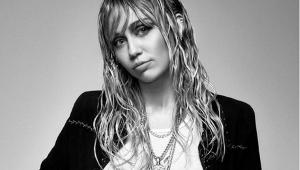 Miley Cyrus tatua recado de Yoko Ono e 'liberdade'; veja fotos