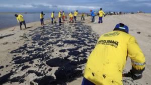 RJ prepara plano de contingência para possível chegada de óleo ao litoral