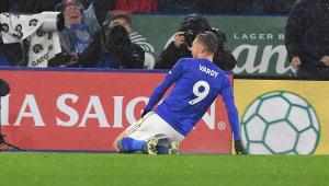 Vardy brilha, Leicester goleia o Aston Villa e bate recorde de vitórias seguidas