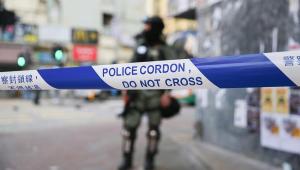 Policial atira em um manifestante em Hong Kong; outro é queimado por populares