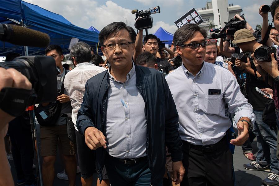 Deputado pró-Pequim é esfaqueado durante campanha em Hong Kong