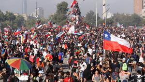 Na quarta semana de protestos, peso chileno atinge menor valor da história