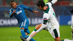 Douglas Costa sai do banco, decide vitória e garante Juventus nas oitavas; Bayern também se classifica