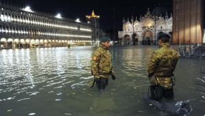 Maré alta volta a inundar Veneza e cidade fica 70% submersa