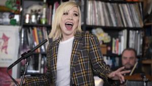 Carly Rae Jepsen mostra novas versões de hits em apresentação; assista