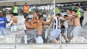 Torcedores de Atlético-MG e Cruzeiro transformam Mineirão em praça de guerra