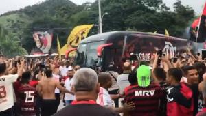 Flamengo é recepcionado por milhares de torcedores antes da final da Libertadores