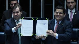 Sem Bolsonaro e Guedes, Alcolumbre e Maia assinam promulgação da Previdência