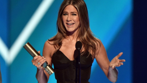 Jennifer Aniston recebe prêmio no People's Choice Awards e agradece 'Friends'