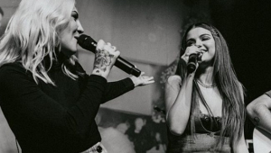 Selena Gomez 'invade' show de Julia Michaels para o dueto 'Anxiety'; assista