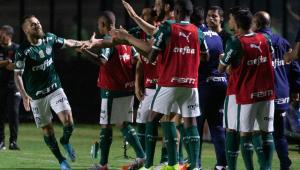Palmeiras supera Vasco em jogo cheio de cartões e mantém perseguição ao Flamengo