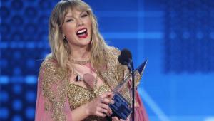 Taylor Swift recebe prêmio de Artista da Década e faz medley