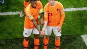 De Jong e Wijnaldum, da Holanda, comemoram gol repudiando racismo após caso no país