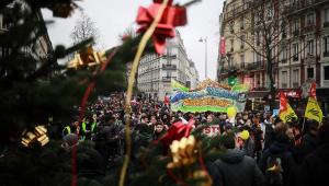 França tem oitavo dia de greve contra Previdência e sindicatos afirmam: 'Não haverá trégua de Natal'