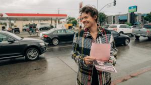Harry Styles aproveita o sinal fechado e faz show no meio da rua; assista