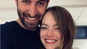 Emma Stone anuncia noivado com diretor do 'SNL'; veja o anel