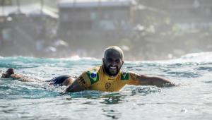 Italo Ferreira desbanca Gabriel Medina e conquista o título mundial de surfe