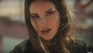 Lana Del Rey anuncia novo álbum em texto que rebate críticas de 'romantizar abuso'