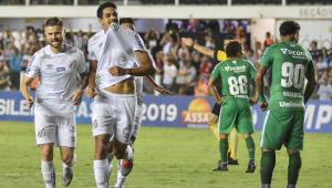 Santos vence fácil a Chapecoense e se firma na vice-liderança