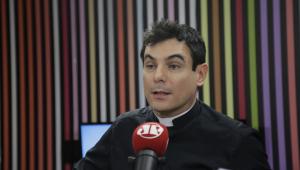 Padre Juarez critica redes sociais e diz que smartphone foi criado pelo capeta