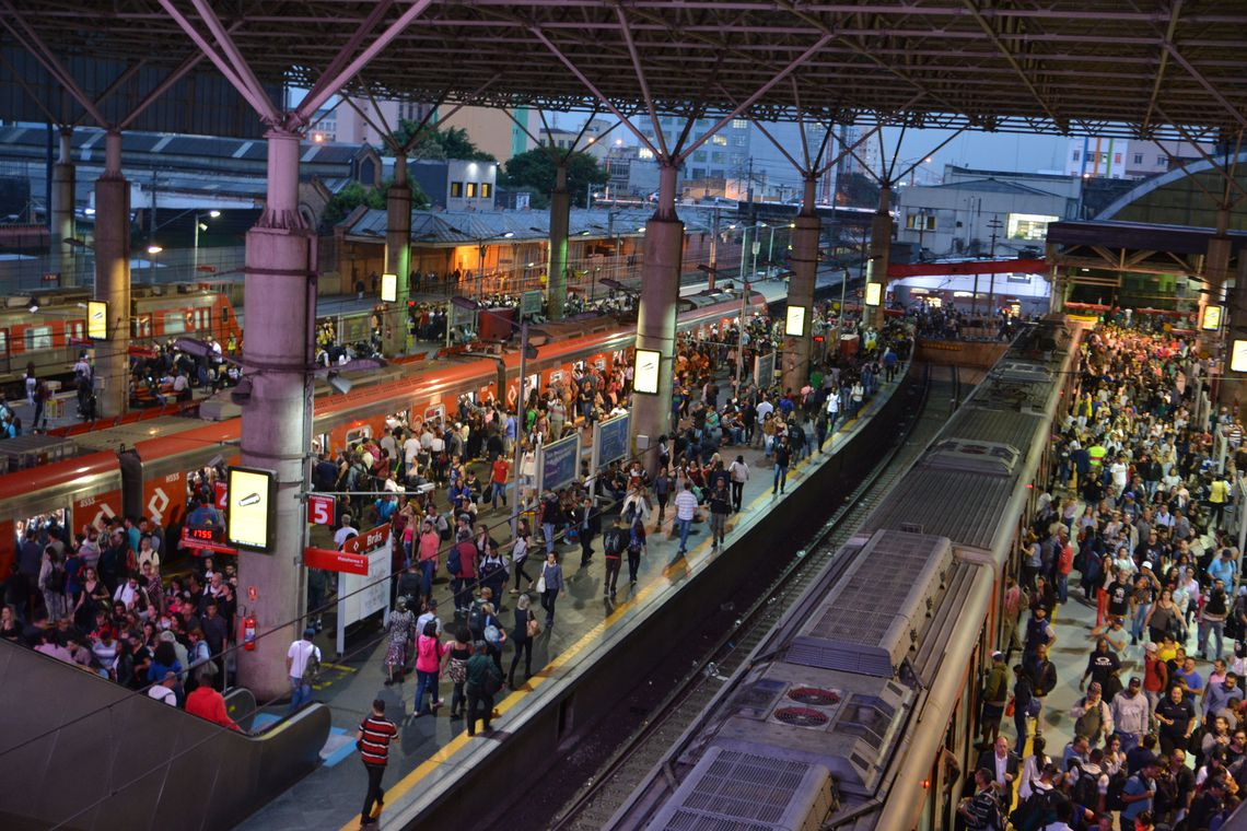 plataforma de trem da estação brás