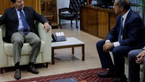 Mourão se reúne com futuro embaixador argentino no Brasil