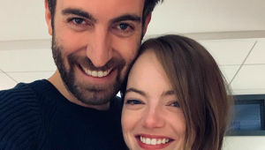 Emma Stone e roteirista do 'Saturday Night Live' anunciam noivado