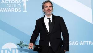 Sempre perdi papéis para Leonardo DiCaprio, diz Joaquin Phoenix ao vencer SAG Awards