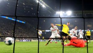 Haland brilha de novo, Dortmund goleia e se aproxima dos líderes do Alemão