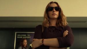Anne Hathaway precisa investigar o próprio pai em novo filme da Netflix; veja o trailer